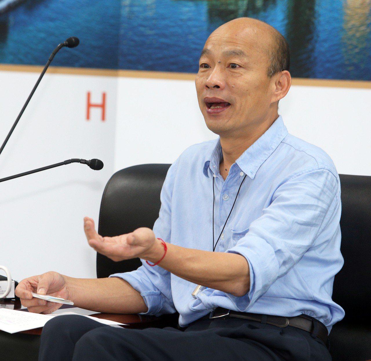 作家溫朗東指高雄市長韓國瑜的左手動作另有玄機,讓他越看越覺得不寒而慄。本...