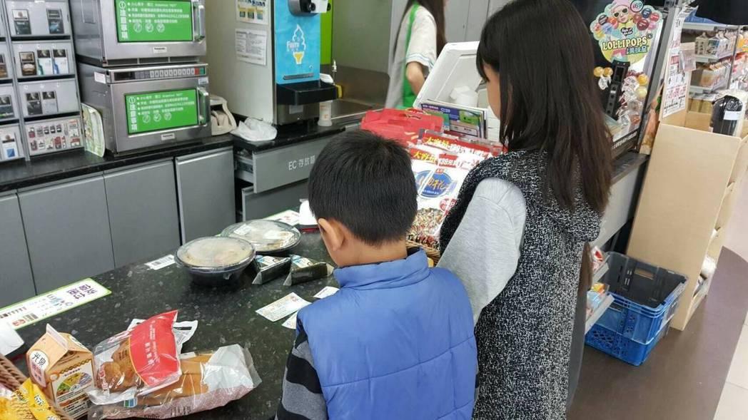 推動多年的弱勢學童安心餐券,限定午餐時間兌換,台中市議員陳文政質疑,有學生媽媽上...