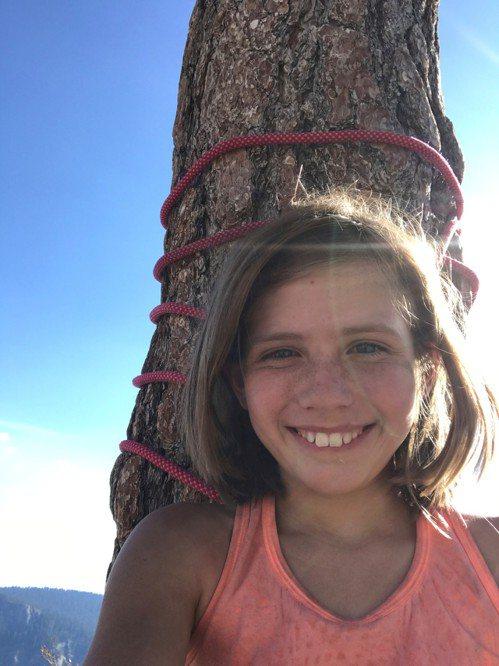 施耐特耗費5天,成功挑戰攀爬優勝美地酋長岩的「鼻子」路線,登頂後喜極而泣。路透