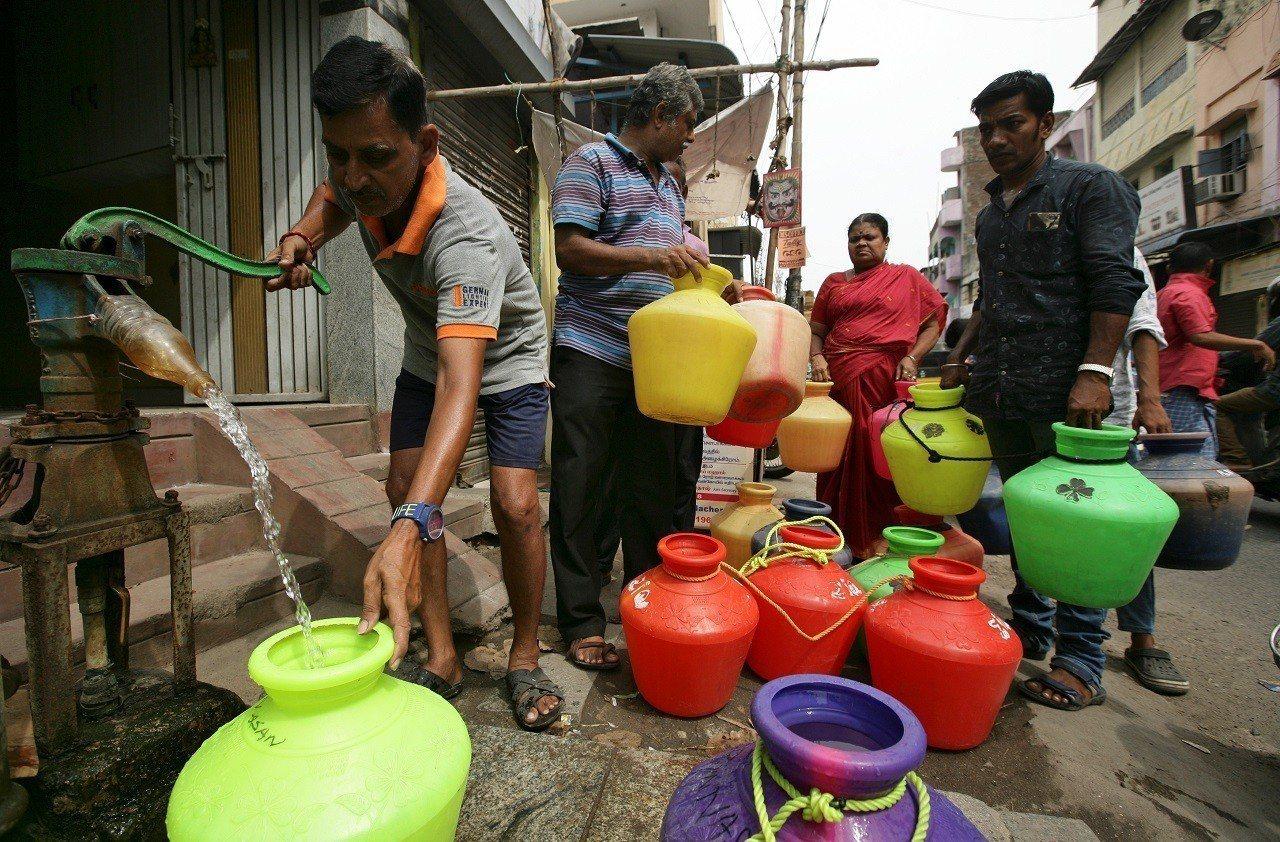 印度第六大城清奈居民正用手動幫浦裝水,後面還有人大排長龍。清奈深陷嚴重乾旱已有數...