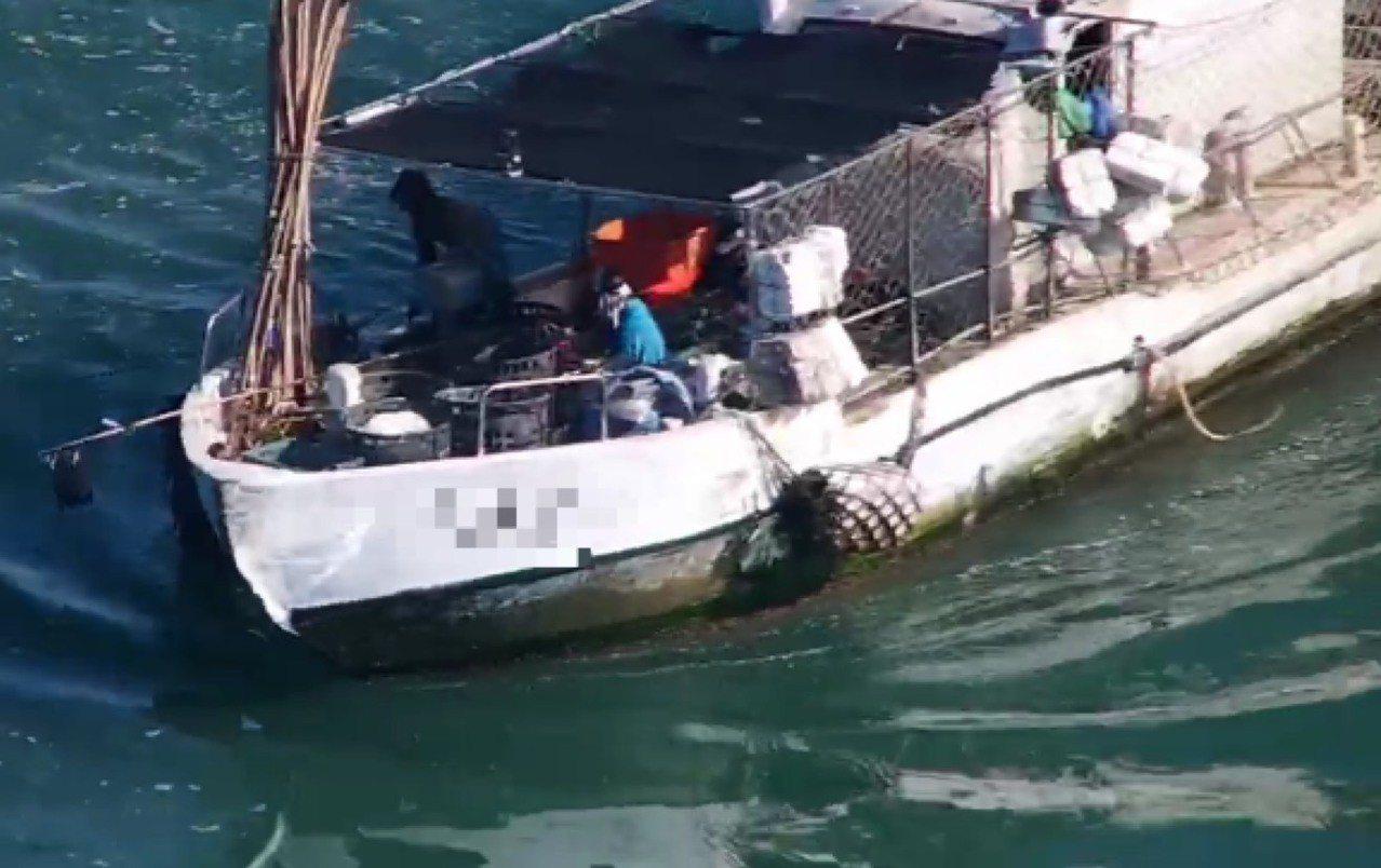「盛」字號漁筏,正在台南與高雄交界二仁溪口0.5浬海域處違規投放籠具作業,全程被...