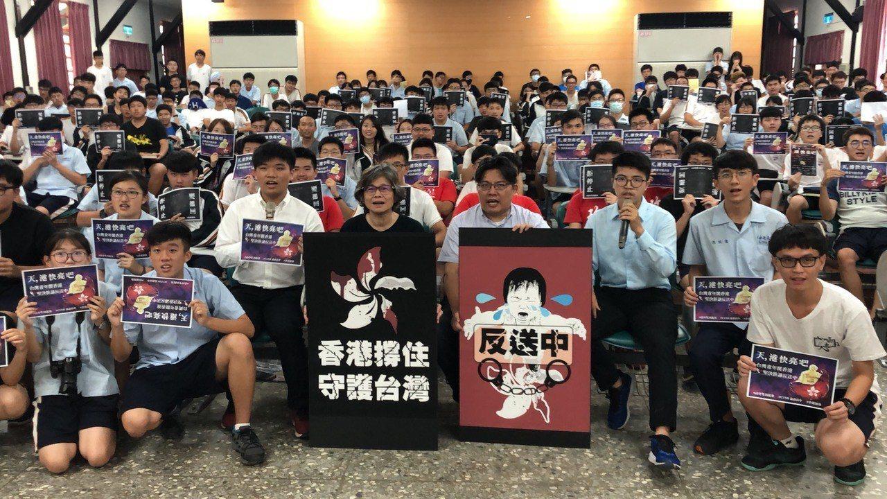 嘉中學生錄製反送中聲援影片,以行動支持香港的社會運動。記者李承穎/攝影