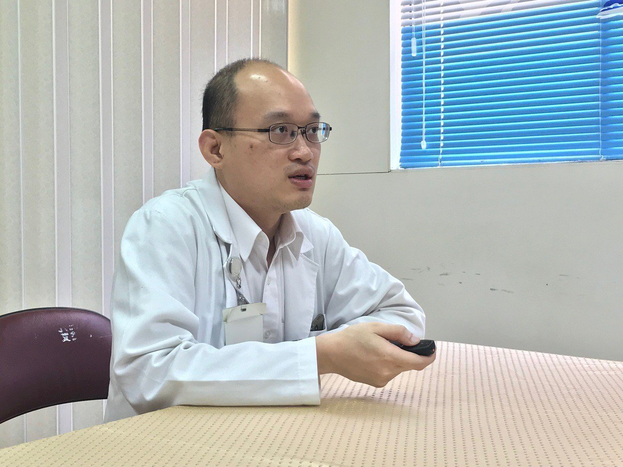 花蓮醫院內科醫師吳一葦說,把握15法則杜絕低血糖。記者王思慧/攝影