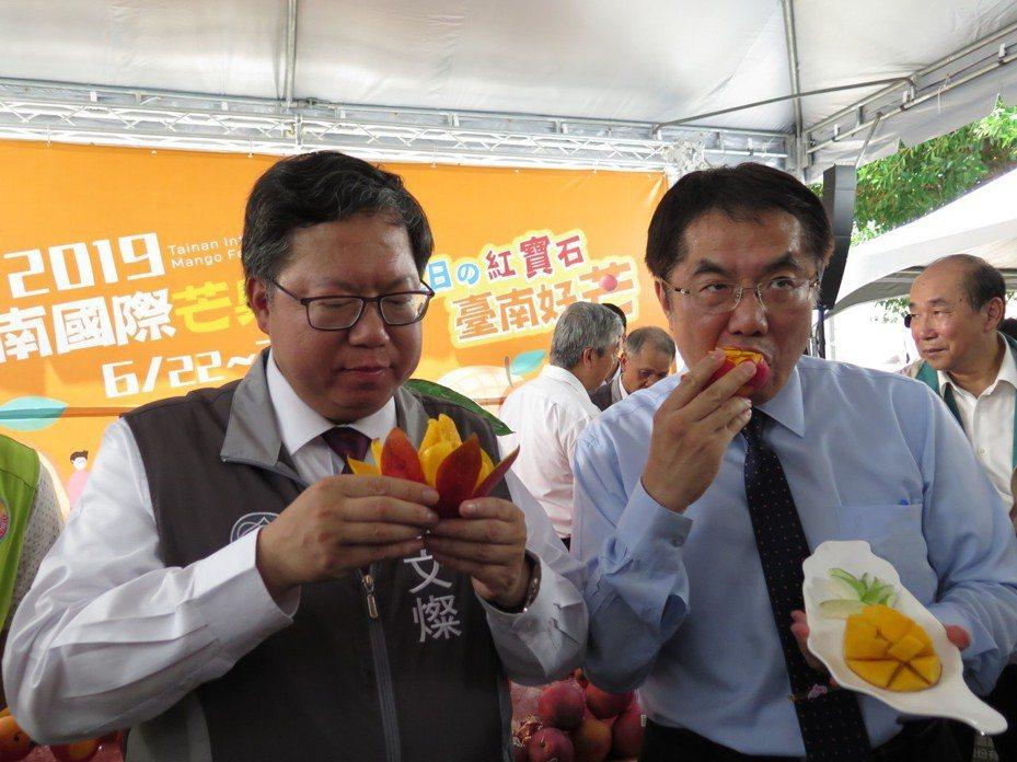 桃園市長鄭文燦(左)今天幫忙台南市長黃偉哲(右)行銷台南芒果,受訪時主動提及台南國際芒果節主題「台南好芒」,意有所指地說自己和黃偉哲2個市長都很忙,忙著建設、行銷自己的城市,但「不是忙著在選總統」,而是忙著在做工作。記者張裕珍/攝影