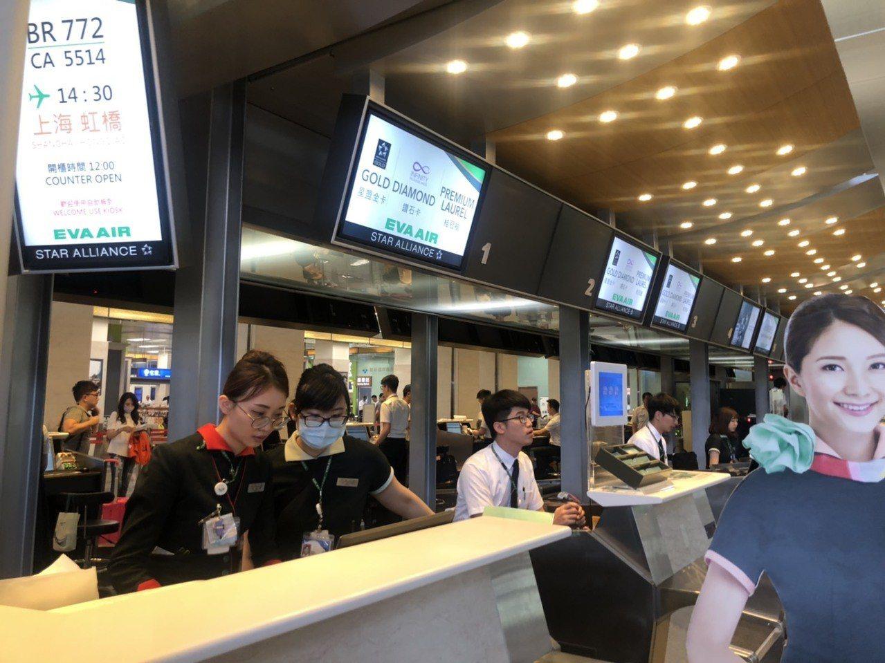 松山機場國際線長榮報到櫃台地勤人員表示,目前下午4時以後班機都正常。記者曹悅華/...