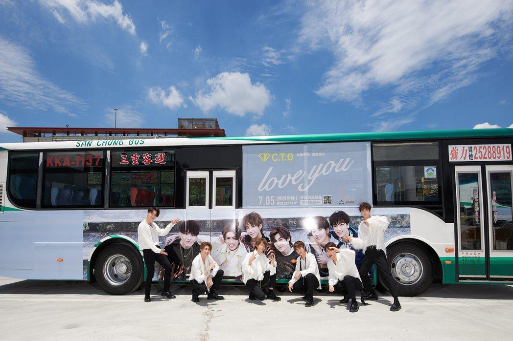 「C.T.O」成員梓寧(左起)、薛恩、仕偉、宇慶、振緯、梓鑫開心和看板合照。圖/