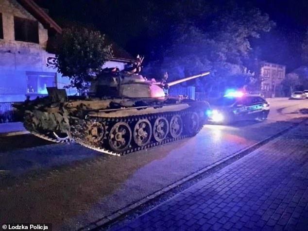 波蘭中部小鎮帕延奇諾(Pajęczno)日前有一名司機喝酒誤事,竟把冷戰時期的前...