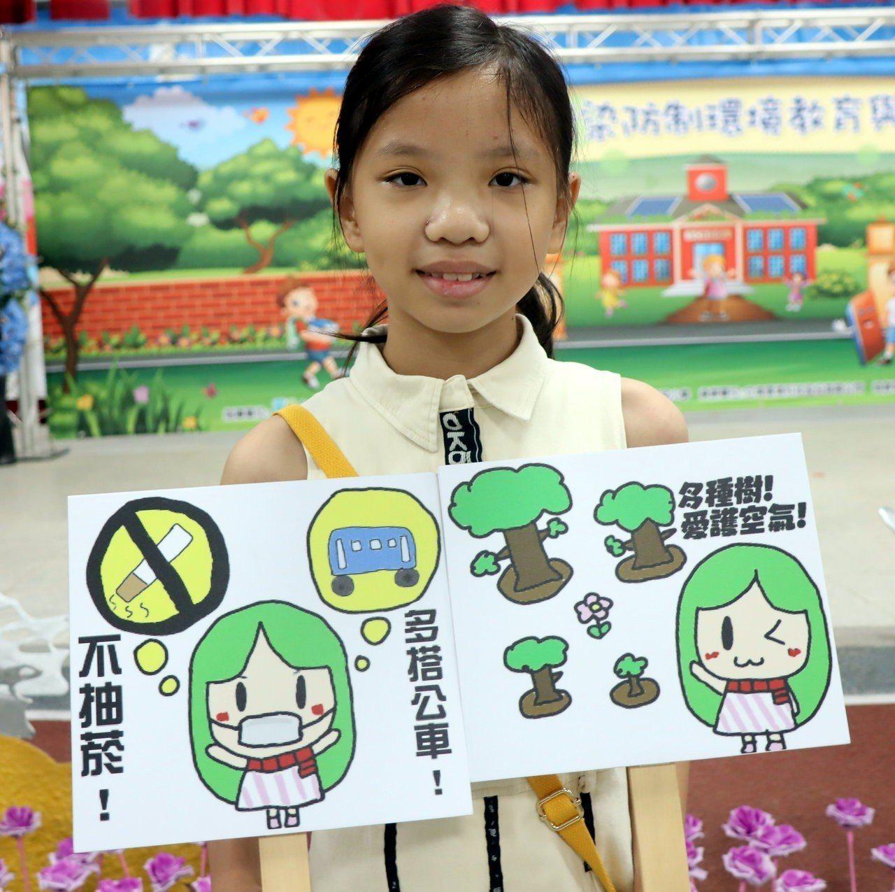 國小組第一名新上國小杜洪萱,以自己的造型搭配綠色的頭髮,代表重視綠色環境設計出「...
