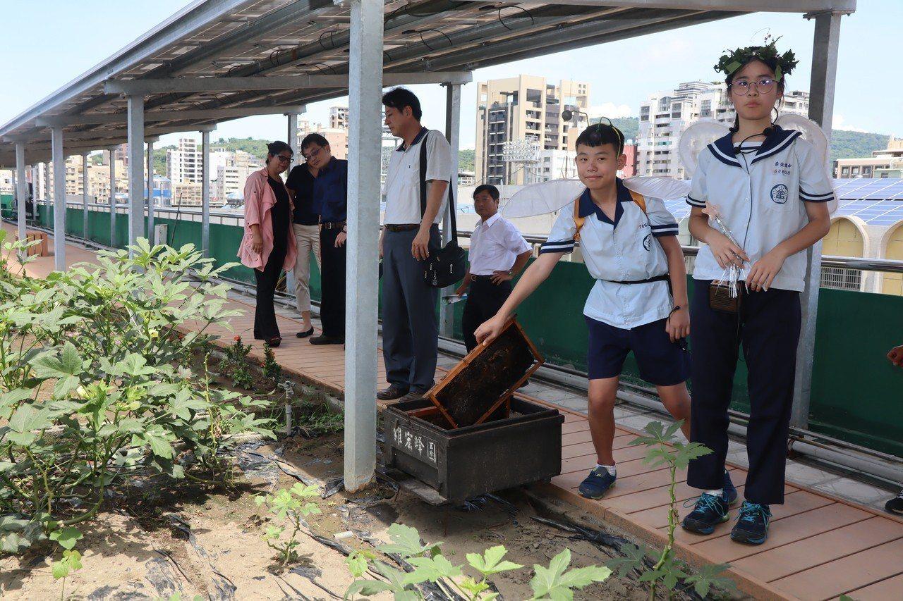 高雄市教育局在前金國中舉行「校園空氣汙染防制環境教育與實踐計畫」成果展,校園綠化...