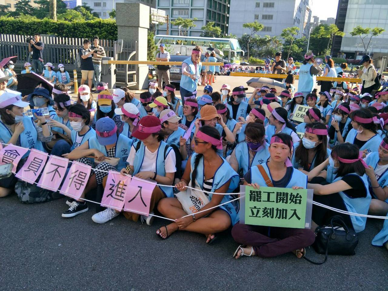 長榮航空空服員罷工,下午到長榮空公司前靜坐。記者曾增勳/攝影