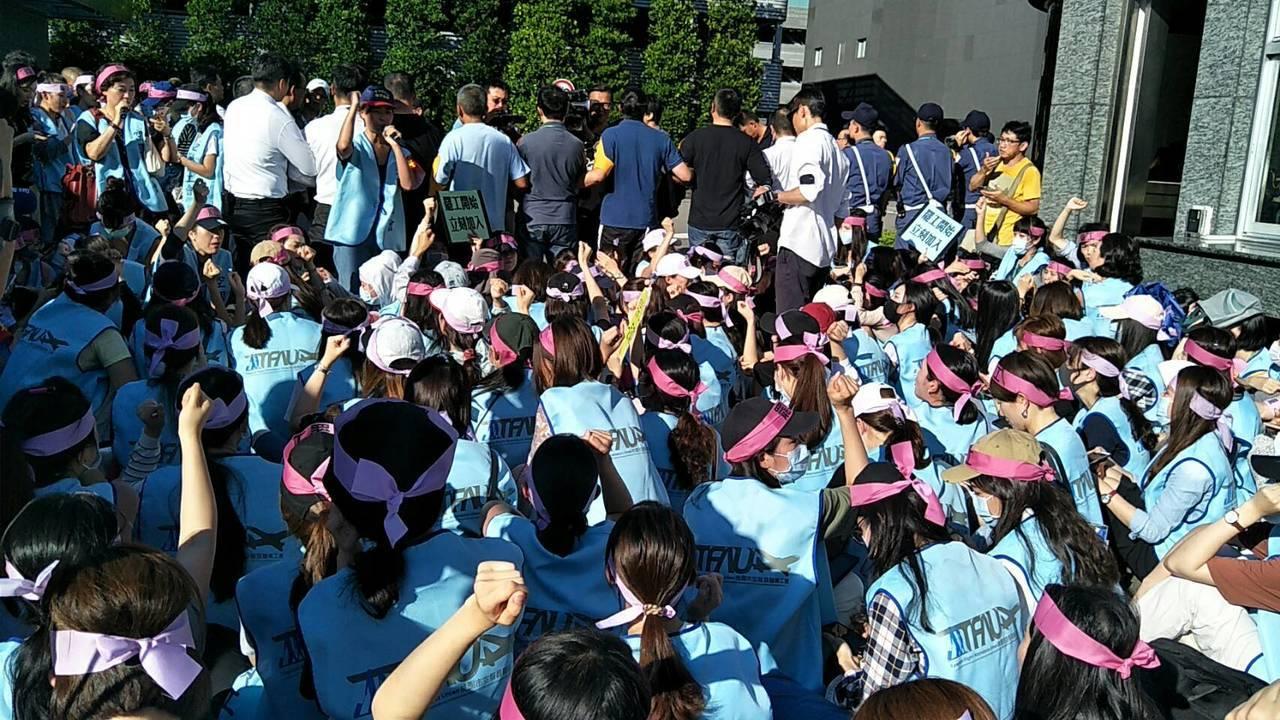 長榮航空空服員和公司員工推擠,現場混亂。記者曾增勳/攝影