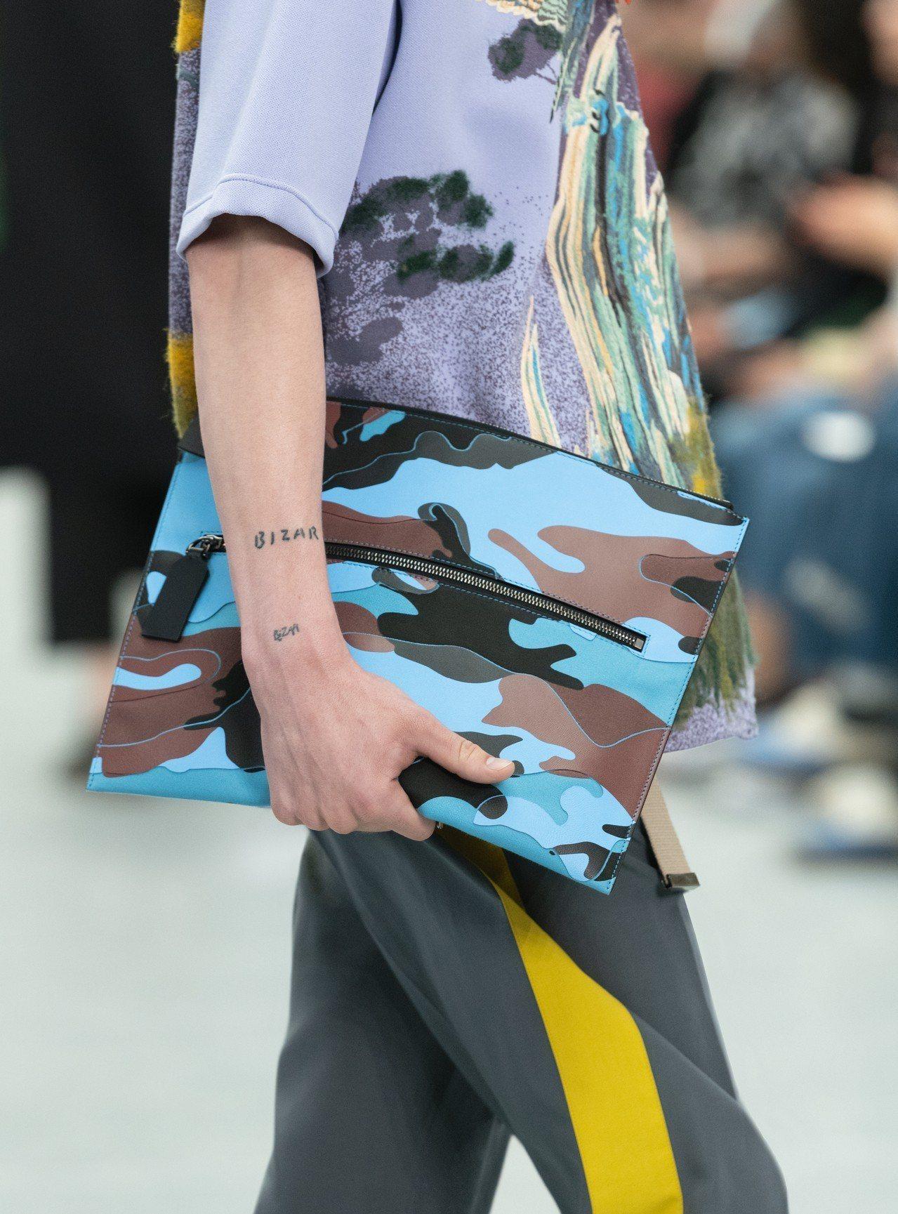 各色系迷彩是2020春夏VALENTINO男裝特色,褲裝則是運動風的樣貌。圖/V...