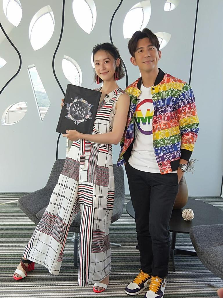 修杰楷(右)上鍾瑶代班主持的「時尚#Hashtag」。圖/東風提供