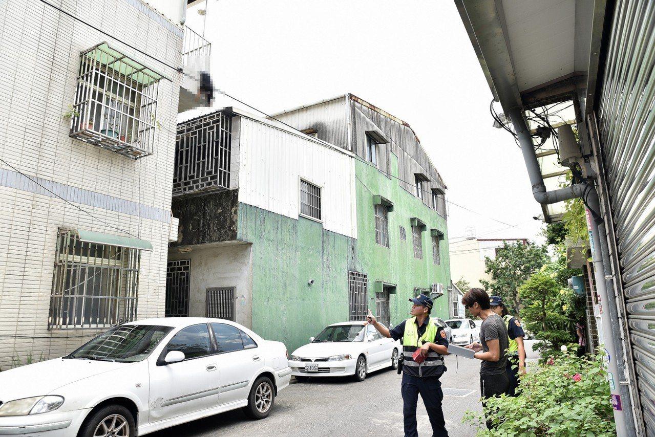 吳育才和警方約中午11時許趕到現場,「小黑」卡在3樓陽台欄桿上,地上流了一攤血。...