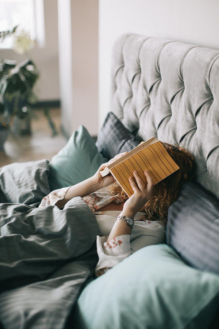 戒掉躺在床上就滑手機、看書、玩遊戲的習慣,給予自己規律的作息。圖/摘自pexel...