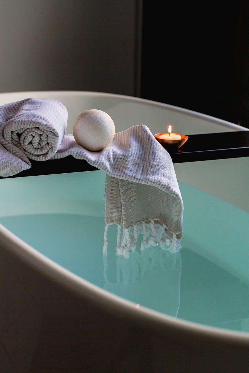 睡前可以泡個澡,讓自己全身放鬆,再點上精油蠟燭,身心靈放鬆後就可以好好入眠。圖/...