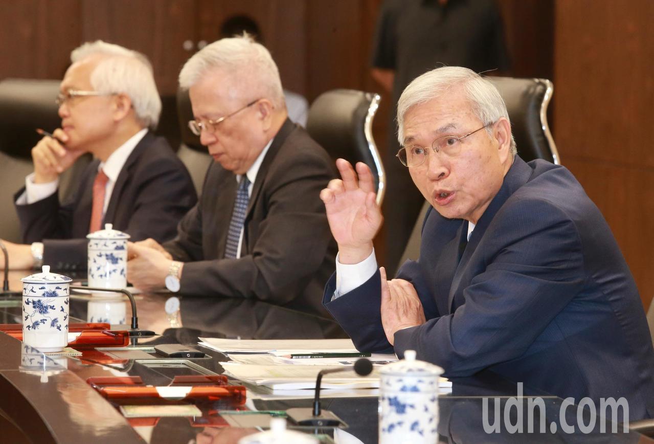 央行總裁楊金龍(右)表示,央行預估2.06%的經濟成長,並未考量美國可能對中國輸...