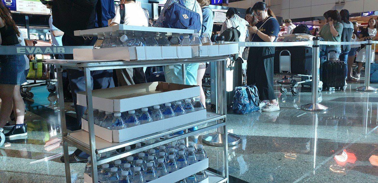 長榮在機場提供飲水。記者鄭國樑/攝影