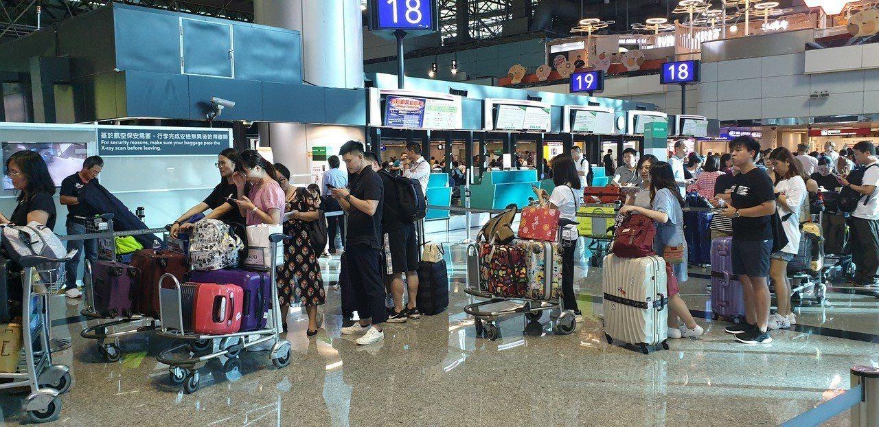 長榮航空在桃園國際機場櫃檯一度排不少等候辦轉機的旅客。記者鄭國樑/攝影