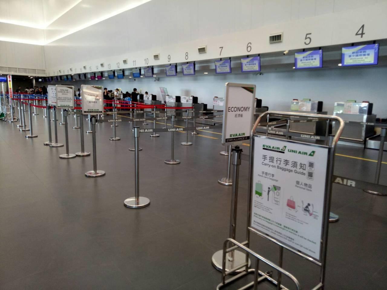 台中機場長榮航空櫃台前今天下午後空蕩,因為國際線班機早上已起飛。記者游振昇/攝影