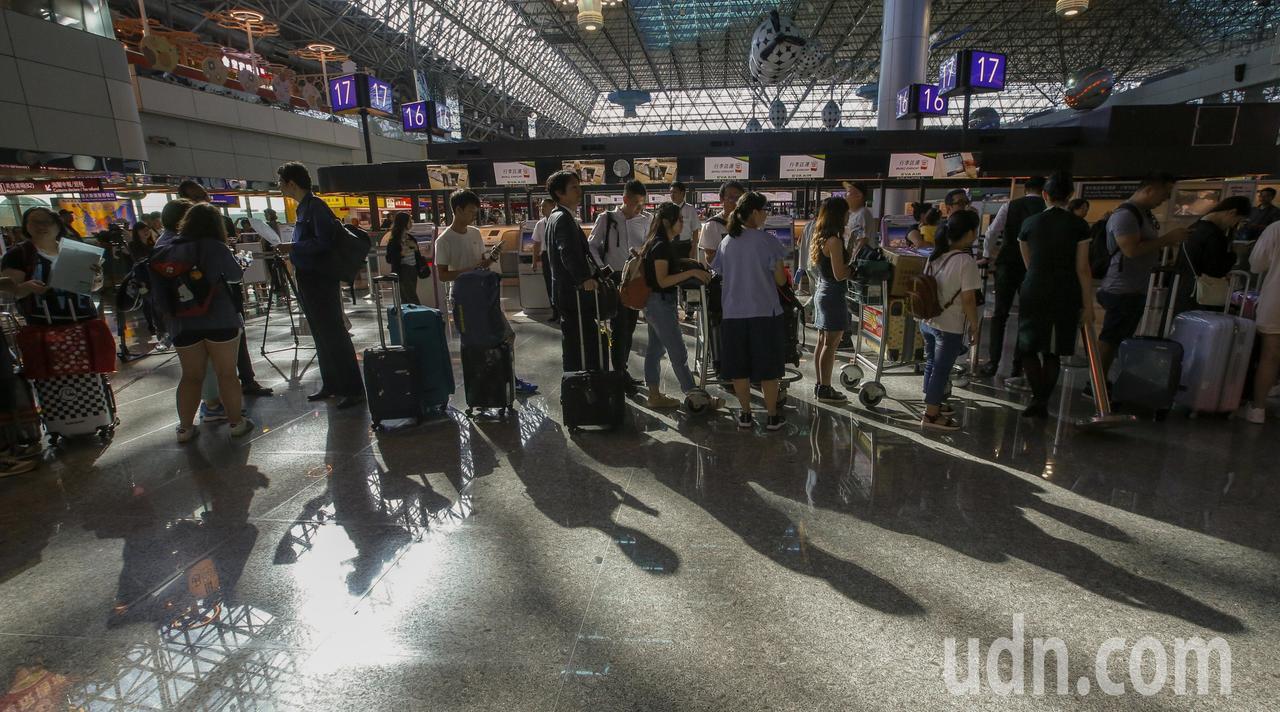 長榮空服員下午4點開始罷工,桃園機場第二航廈長榮櫃台前開始湧現排隊民眾。記者鄭超...