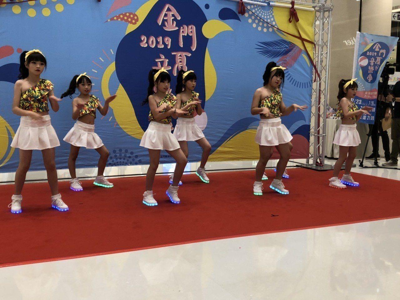 「浯島夏日嘉年華」活動記者會,邀請Candy金門小女孩大跳精彩的動感舞蹈。記者蔡...