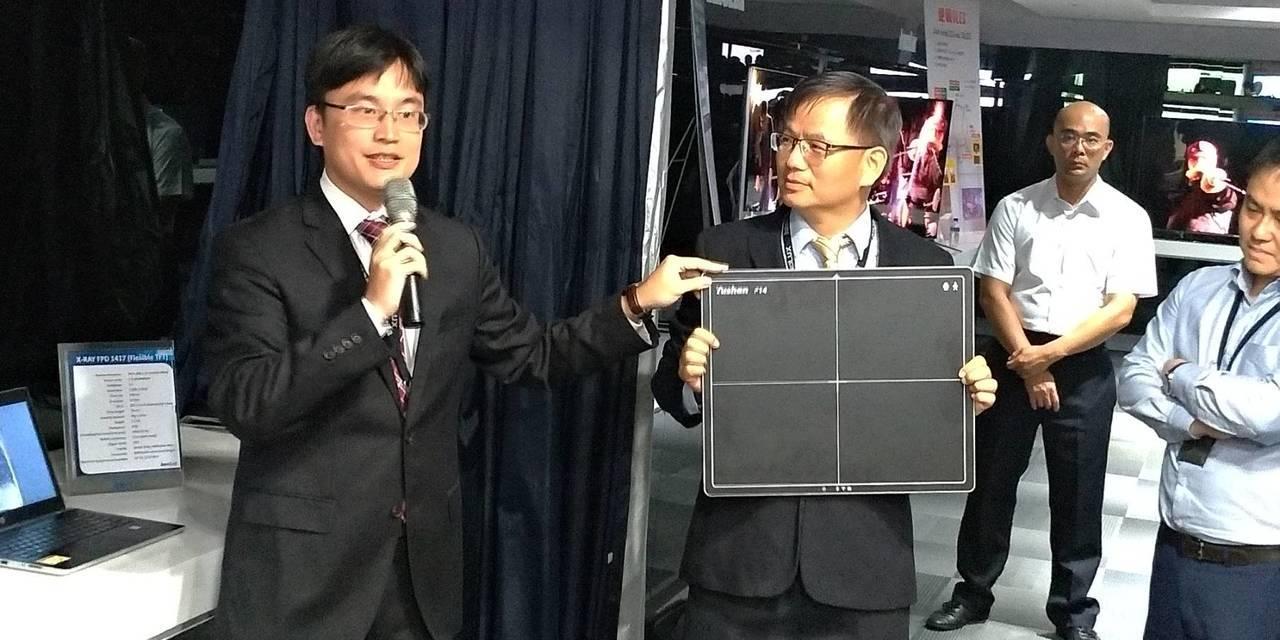 群創同仁介紹X光平板感測器面板。圖/群創提供