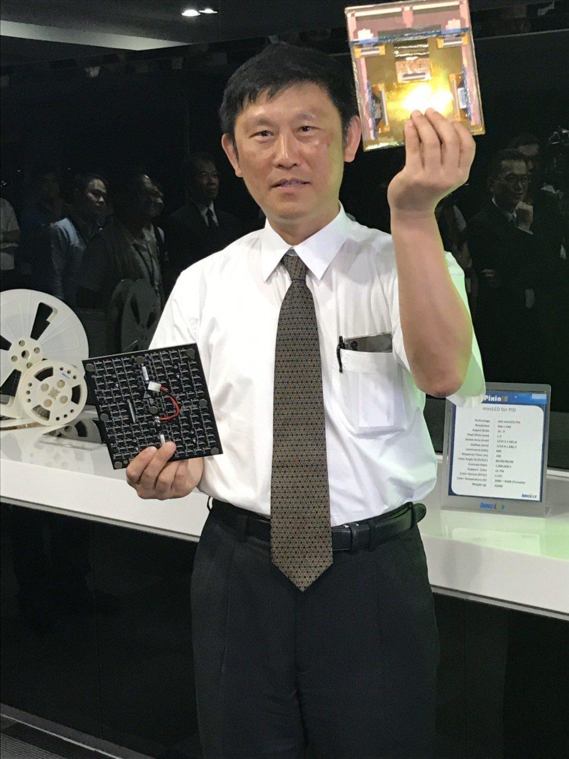 群創執行副總丁景隆舉起Mini LED面板,直言那是群創的未來。記者蔡銘仁/攝影