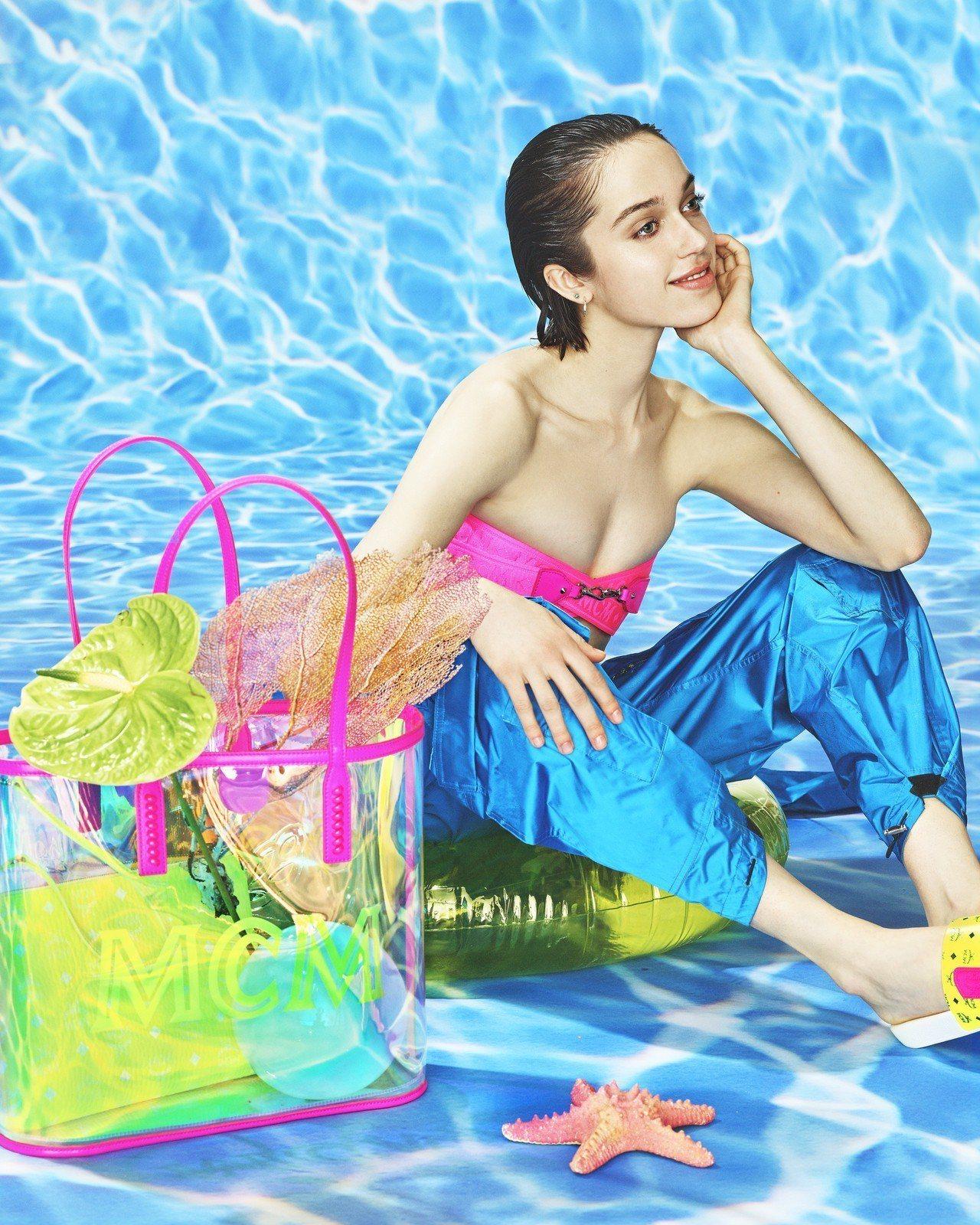 MCM FLO霓虹粉中型托特包的形象廣告超性感,售價20,000元。圖/MCM提...