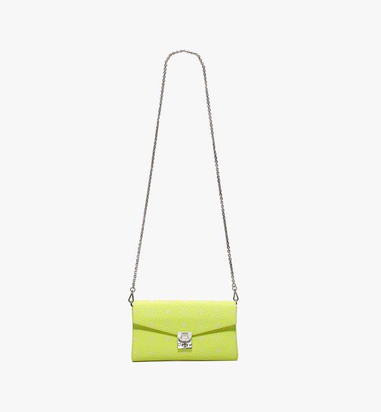 MCM Millie Visetos螢光黃中型單肩包,售價20,000元。圖/M...