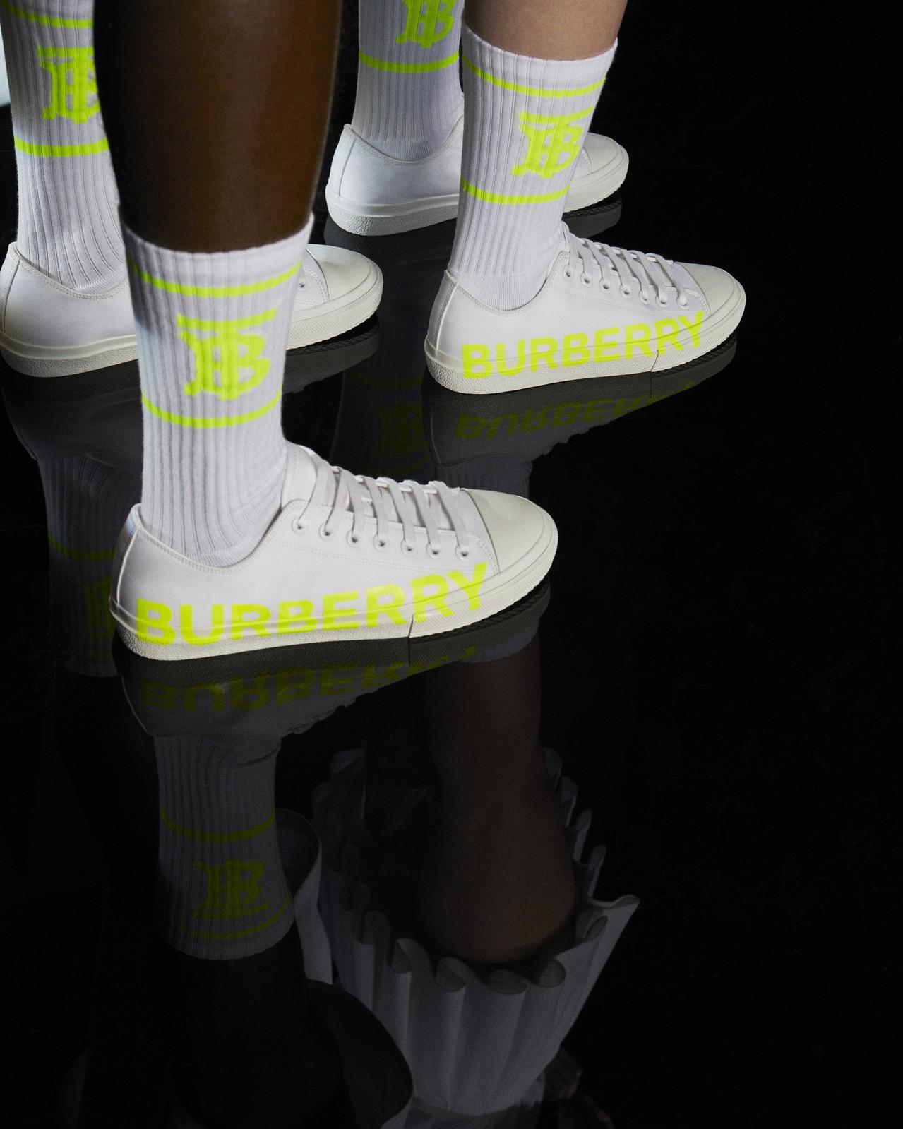 6月份B Series包含BURBERRY字樣白色休閒鞋與TB Logo運動襪。...
