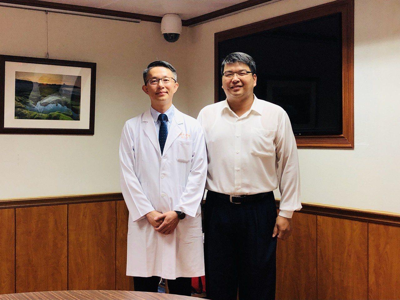 高雄長庚醫院神經放射診斷科主任林偉哲(左)採雞尾酒療法,改善40歲的劉姓男子(右...