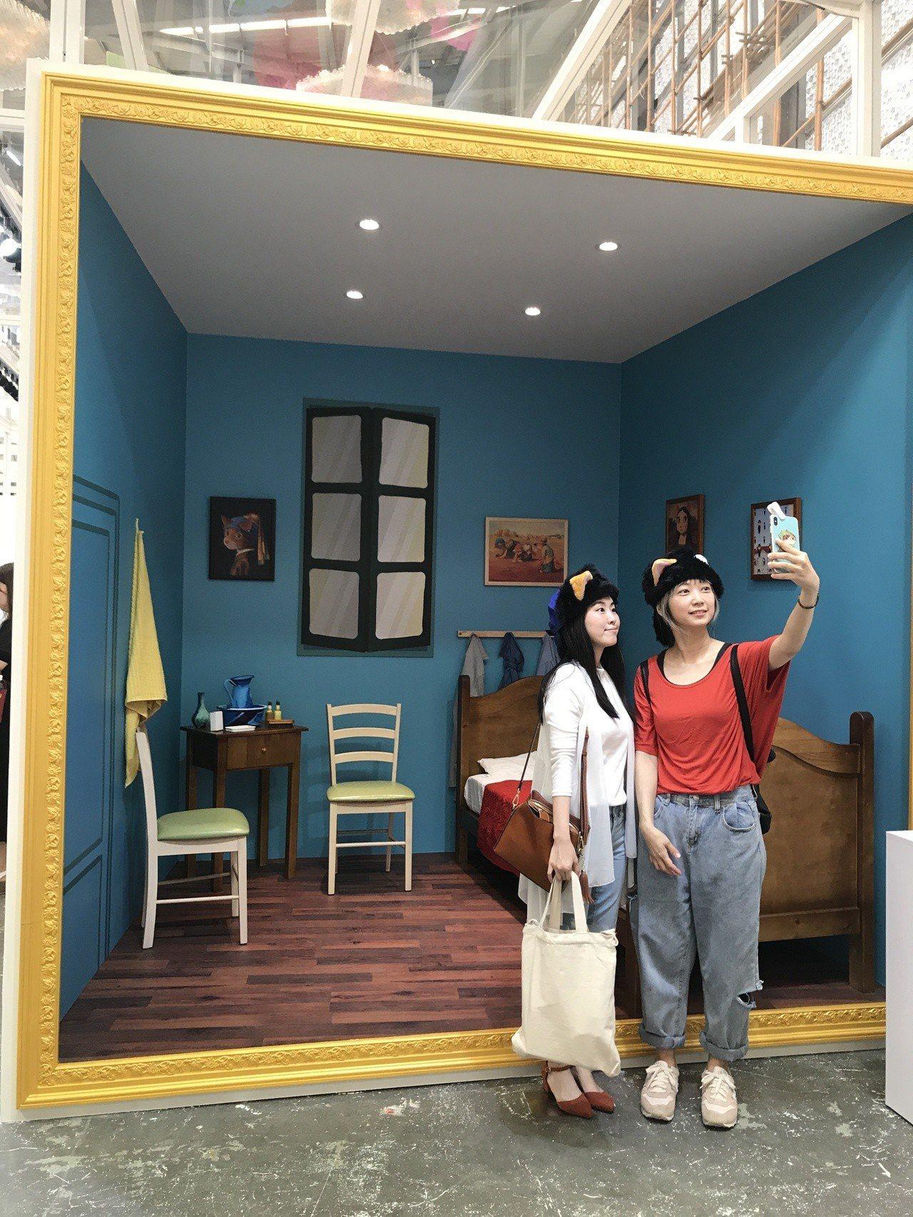 打造梵谷的房間,參觀者可入內拍照。記者江佩君/攝影