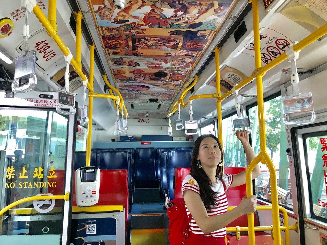 「貓行動美術館」主題公車,內部也裝飾畫作。記者江佩君/攝影