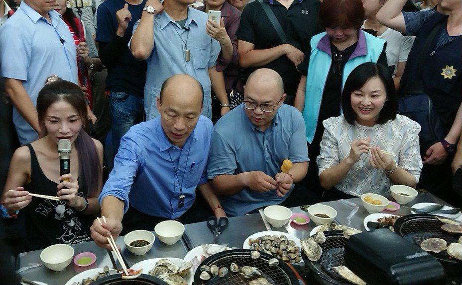 高雄市長韓國瑜偕同網紅邵阿咩光顧凱旋青年夜市,大啖特色美食,韓國瑜吃了直說「很療癒」,鼓勵大家多來逛高雄夜市。記者蔡容喬/攝影