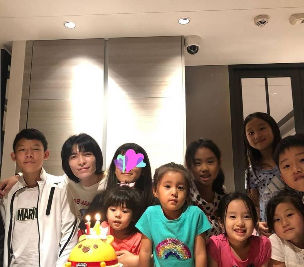 蕭敬騰(後排左二)夾在一群孩子間當孩子王。圖/截圖自IG、壓圖後製
