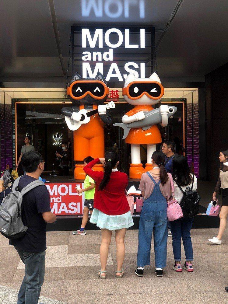 新光三越2019夏季空間展邀請李明道Akibo打造「黑貓MOLI與白貓MASI」...