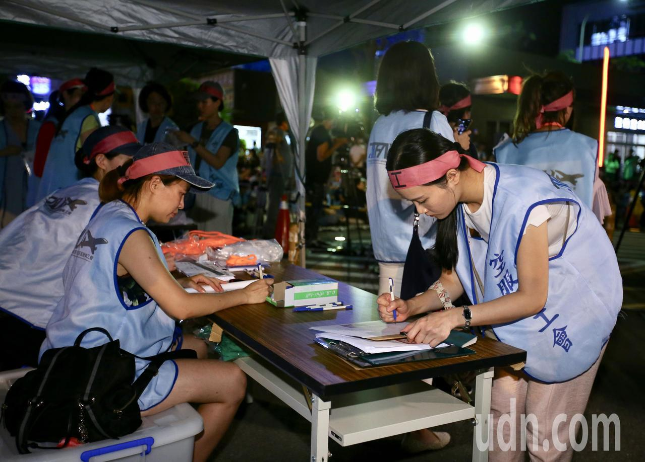 長榮航空空服員晚上在公司門口搭起帳篷,開始繳交護照。聯合報系記者陳柏亨/攝影