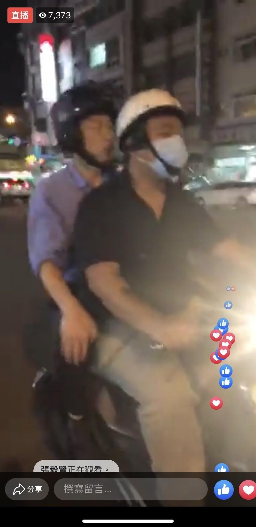 高雄市長韓國瑜20日晚間開直播,騎機車「檢查」建國路路平成果,戴著安全帽坐在機車...