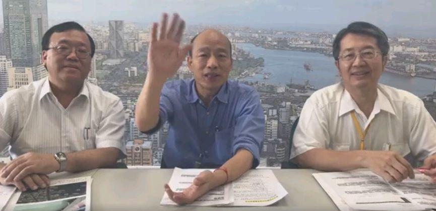 高雄市長韓國瑜(中)今天和衛生局長林立人(右)、環保局長袁中新在臉書直播向民眾說明目前市府防治登革熱的情形。圖/翻攝韓國瑜臉書