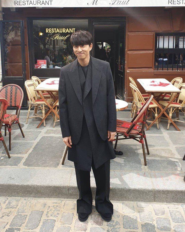 孔劉飛巴黎看2020春夏男裝秀,身穿2019秋冬系列。圖/取自孔劉百度貼吧微博