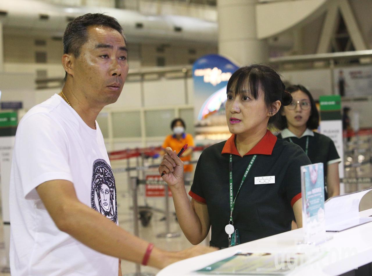 長榮航空空服員下午開始罷工,高雄小港機場晚間有班前往廣州班機,民眾撲空抱怨連連,...