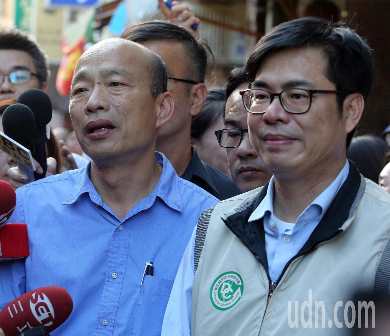 高雄市長韓國瑜(左)與行政院副院長陳其邁(右)在獅湖市場視察登革熱防治狀況。記者...