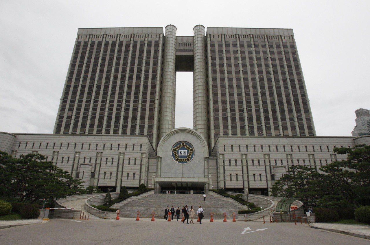 南韓一名法官讓性侵兒童犯減刑,引發民眾憤怒。圖為首爾地方法院外觀。美聯社