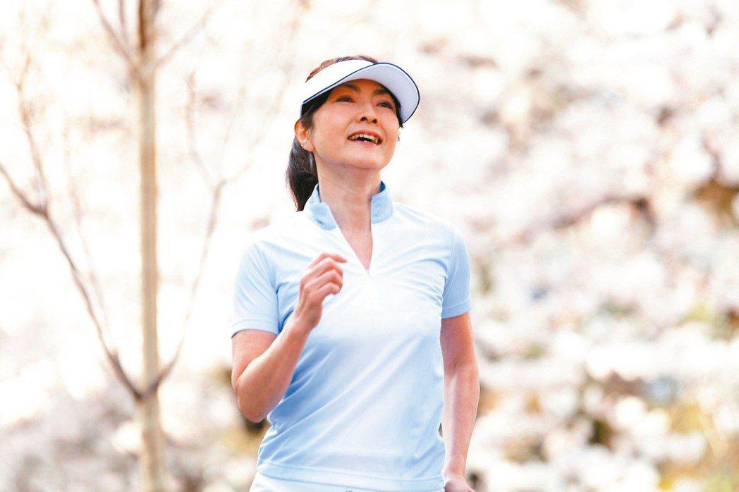 運動能幫助減緩更年期症候群,如慢跑、瑜伽、跳舞、游泳等,有紓緩症狀效果。 圖/1...