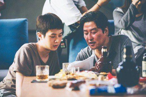 韓國電影從九○年代中開始展開一波強大的新浪潮,除了類型片的日漸成熟,充滿個人風格的作者,也一個個接續驚艷全球,坎城影展近十年來幾乎年年有韓片入圍,今年終於攻頂。奉俊昊的電影一向能巧妙融合商業性與社會...