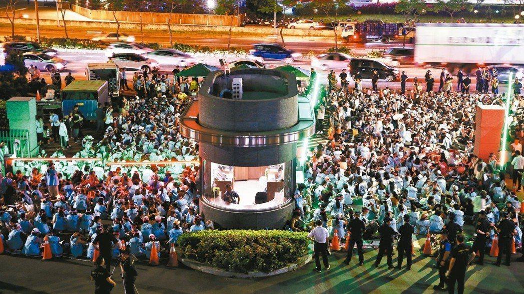 長榮航空空服員20日晚上在公司門口搭起帳篷,準備長期抗戰。 記者陳柏亨/攝影