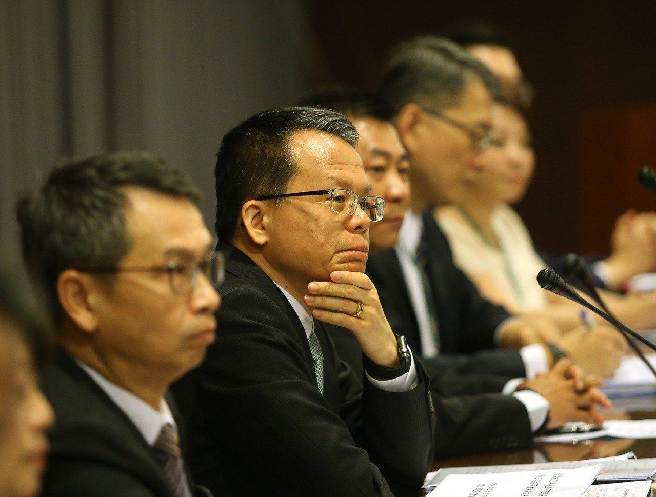 長榮航空總經理孫嘉明(左二)昨向旅客道歉,指工會突襲式罷工,犧牲旅客權益,長榮絕...