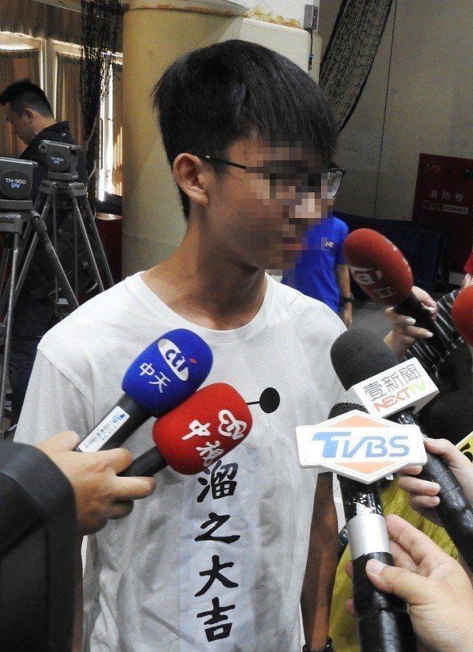 鳳山商工黃同學穿著自製的「溜之大吉」T恤,上台與市長韓國瑜合影。記者徐如宜/攝影