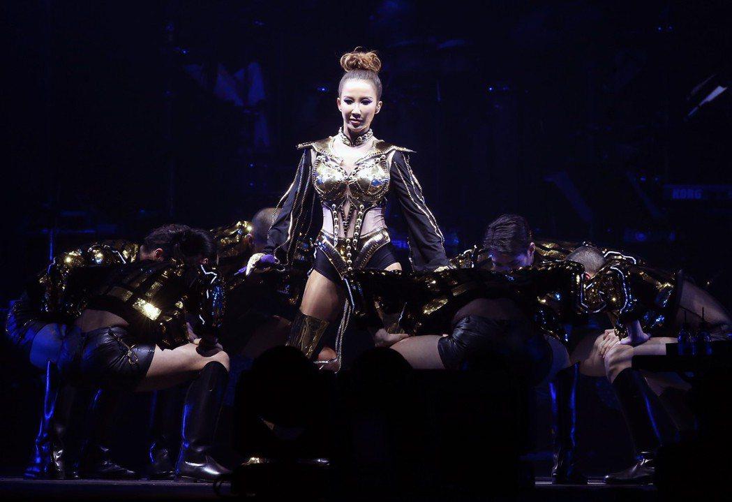 Coco李玟出道22年二度攻蛋〈You&I 〉世界巡演會台北場今晚在小巨蛋登場。